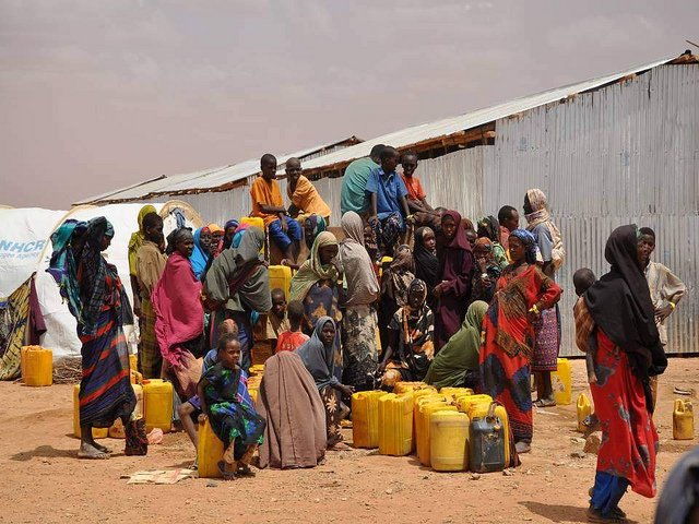 Collecting clean drinking water par UK-DFID, via Flickr CC
