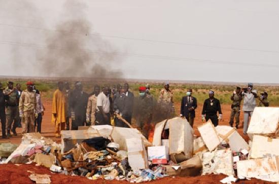 cérémonie officielle d'incinération de drogue au Niger. Crédit photo : Hassoumi
