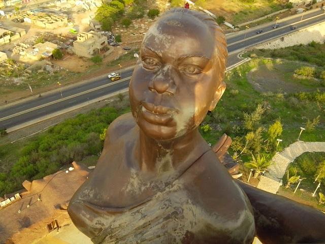 La femme sur le Monument de la Renaissance Africaine, par Julien Dembélé via Flickr CC