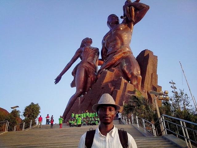 Devant le monument de la Renaissance Africaine, par Julien Dembélé