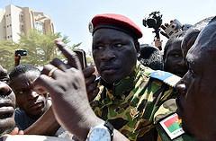 Lieutenant-Colonel Yacouba Isaac ZIDA dans la foule à la place de la Révolution par Thomas Leger via Flickr CC