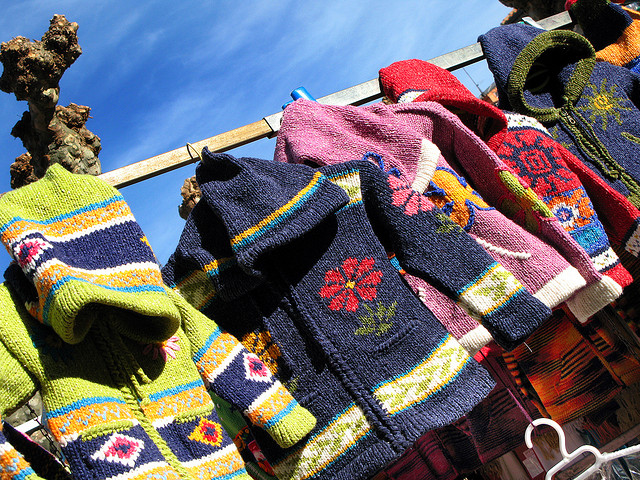 El Rastro. Flea market. Oviedo. Asturias. Spain. Children Clothes par Tomas Fano, via Fickr CC