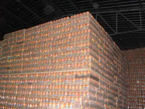 Piles de cannettes FANTA périmées/Crédit photo: Lefaso.net